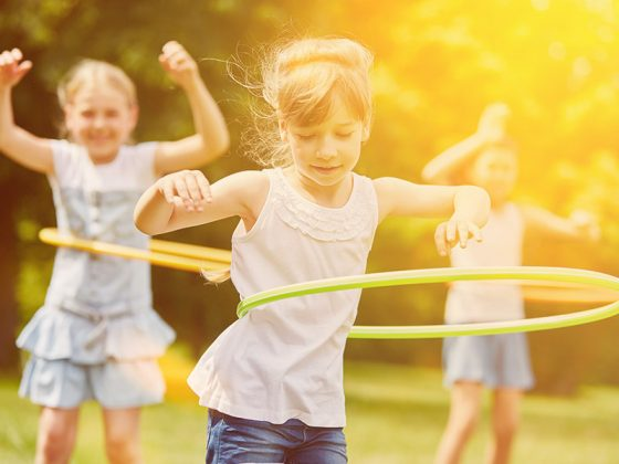 Jeune fille faisant du Hula hoop