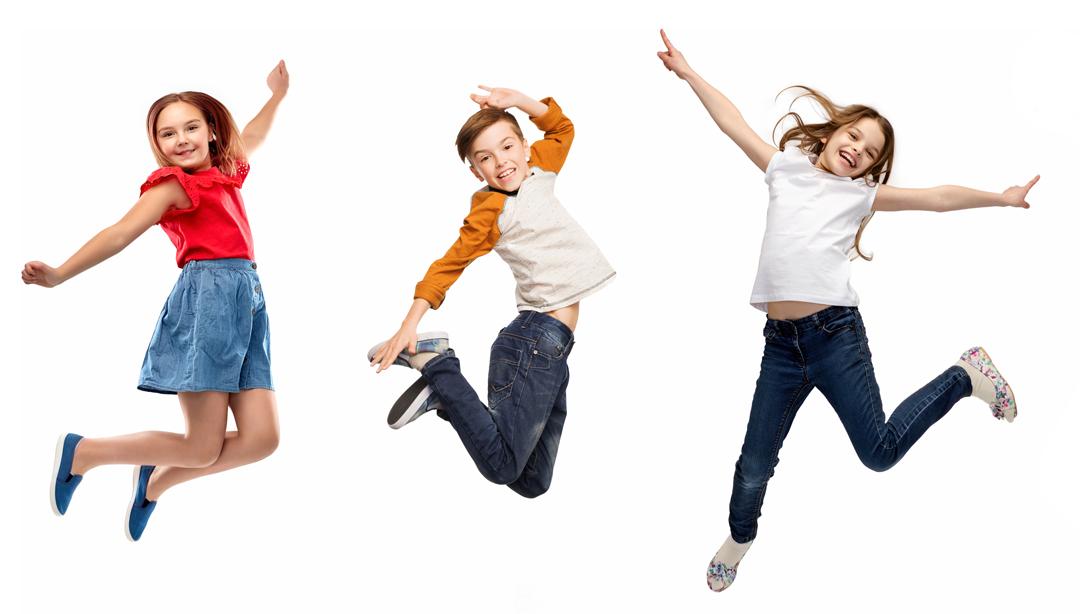 3 enfants qui saute